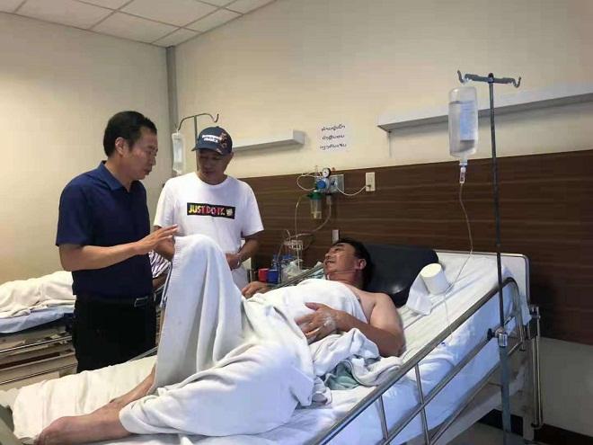 闻讯中国游客在老挝发生车祸  华仕达董事长黄保东专程慰问