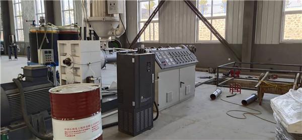 国庆第二天华仕达在鸿鑫调试  一步法聚氨酯保温管生产线