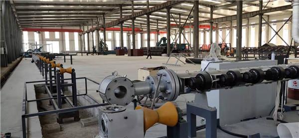 国庆第三天华仕达在哈萨克斯坦  安装塑料管材设备电晕机