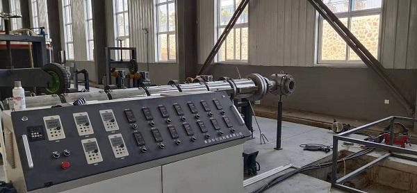 华仕达一步法保温管生产线生产聚氨酯管材一次成型