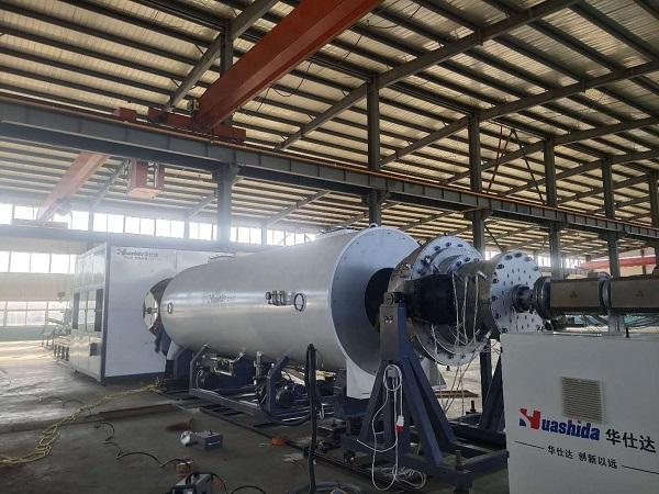 奔波在为客户调保温管设备的路上  华仕达马志利已30多天没回青岛了