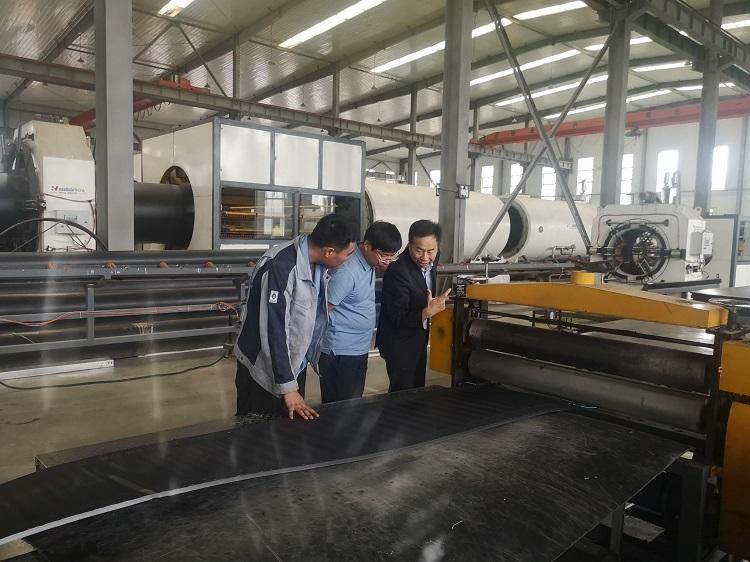 华仕达董事长黄保东亲自到鸿鑫指导电热熔套制作